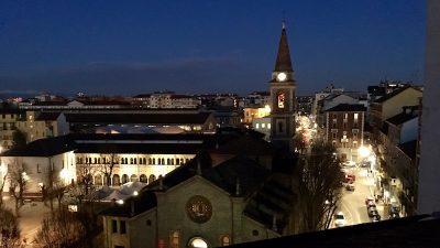 [cml_media_alt id='68']la vista notturna della chiesa del Casoretto, dalla nostra mansarda a Milano[/cml_media_alt]